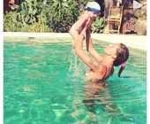 Belen in piscina con il piccolo Santiago, e il pupo sorride alla sua mamma