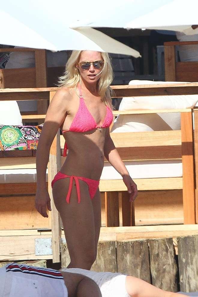 Valeria Mazza, fisico al top a 42 anni: bikini da urlo in spiaggia col marito