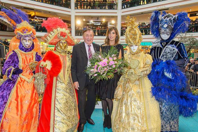 Elisabetta Canalis, sexy reginetta al ballo delle debuttanti di Vienna