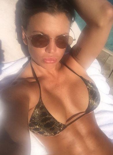 Claudia Galanti, bikini col broncio